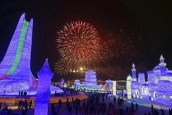 Tourists Flock to China's Ice Festi